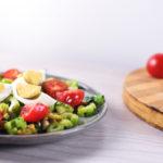 Салат с сельдереем, оливками и яйцом