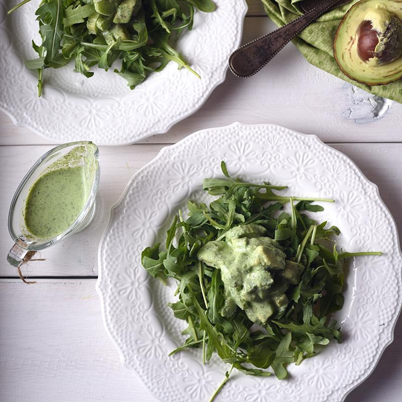 Салат с ревенем, рукколой и авокадо