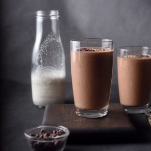 Шоколадный протеиновый смузи с коноплей и инка инчи