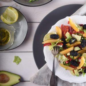 Салат с абрикосом, авокадо, сладким перцем и тутовником