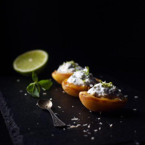 Абрикосы на гриле с кокосовым кремом, ароматизированным базиликом, мелиссой, флердоранжем и лаймом
